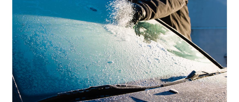 Чистим автомобиль после снегопада